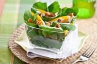 Salada de rúcula com croutons de panettone de frutas