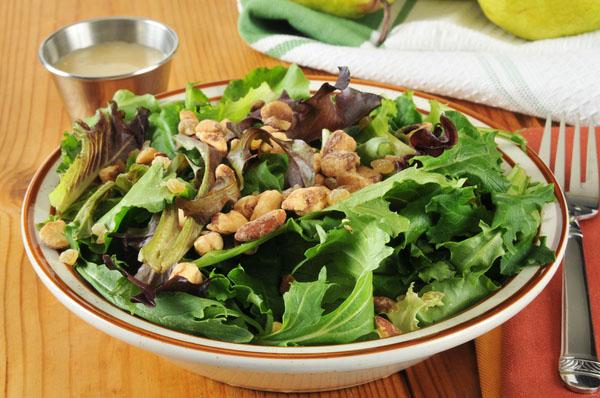 Salada de espinafre com nozes e pêssego fresco