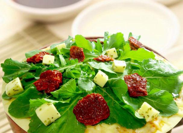 Pizza de tomate seco com rúcula e Sal Light