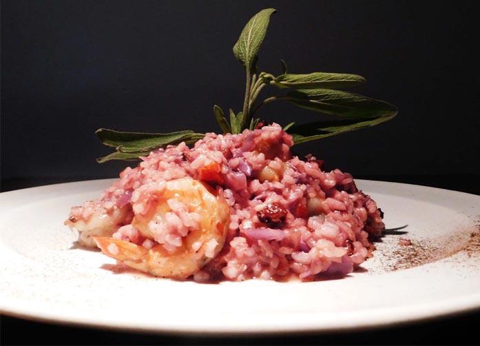 Risoto de camarão com repolho roxo e bacon