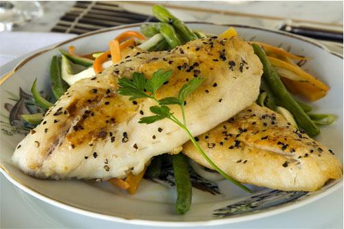 Peixe Grelhado com Legumes Julienne