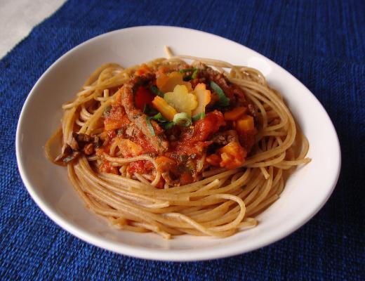 Espaguete integral com carne e cenoura