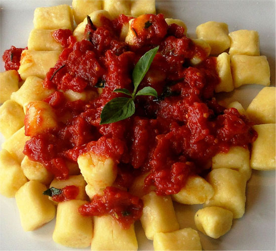 Nhoque de batata salsa com molho Mediterrâneo