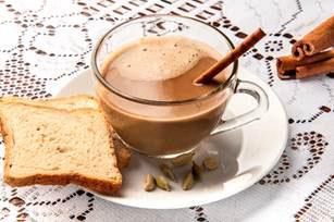 Café com leite e canela em pó