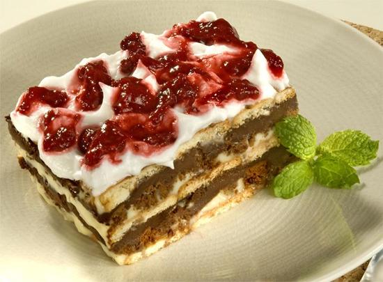Pavê de Chocolate com Calda de Frutas Vermelhas