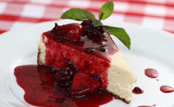 Torta de Cream Cheese com calda de frutas vermelhas