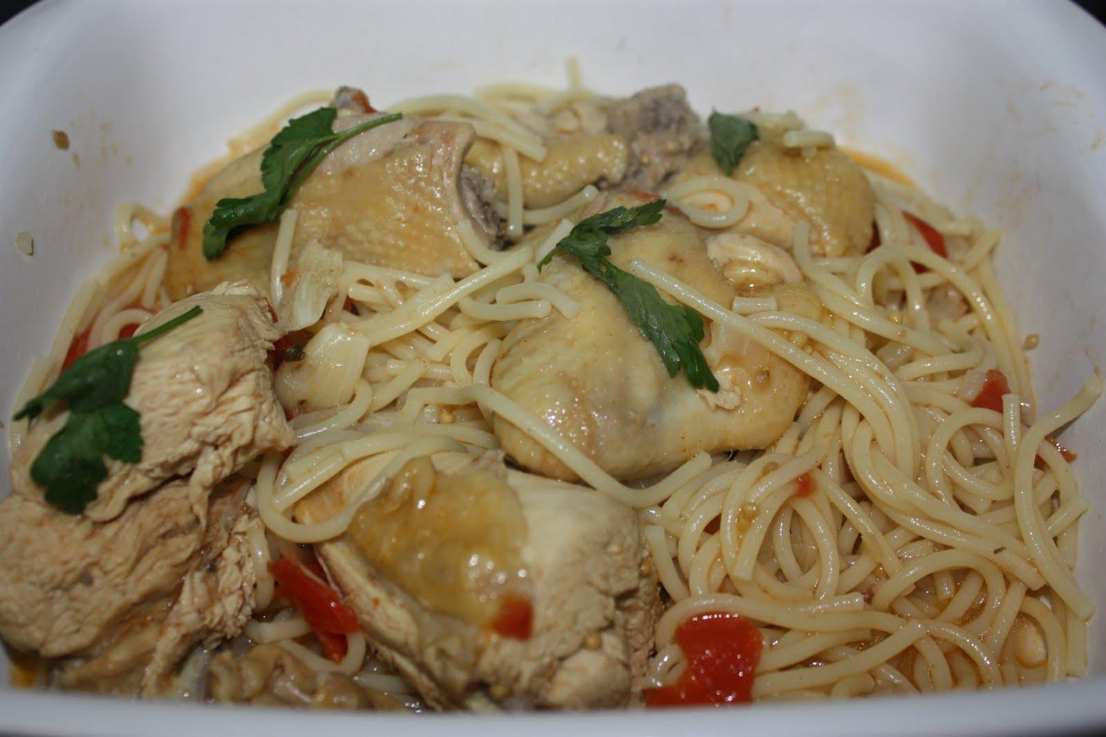 Frango guisado com espaguete