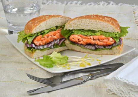 Lanche com hambúrguer de salmão