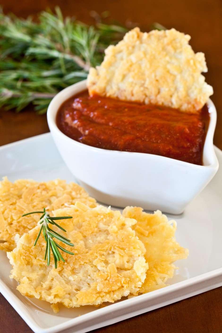 Entradinha de queijo parmesão com molho de tomate com ervas