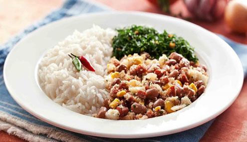 Feijão tropeiro com couve e arroz
