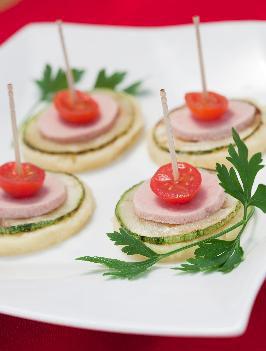 Canapés de polenta com legumes e mortadela de peru