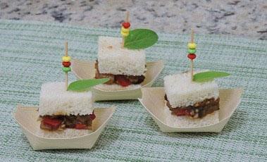 Barquinhas de pão de forma com caponata de berinjela