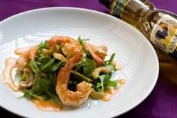 Salada verde com camarões, manga e castanha de caju e vinagrete de papaya