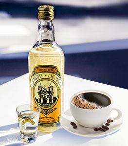 Drinque com cachaça e café