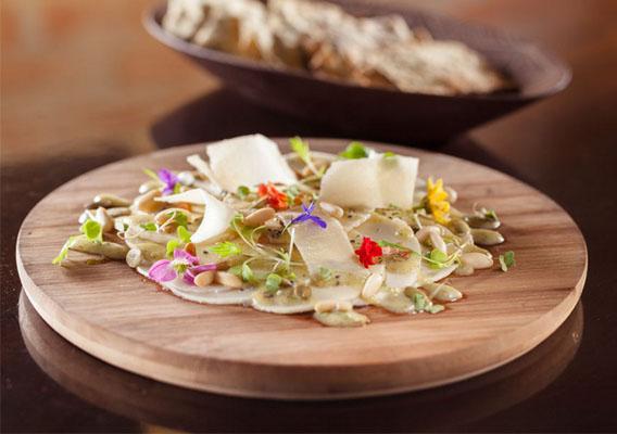 Carpaccio de pupunha com vinagrete de cambuci e flores