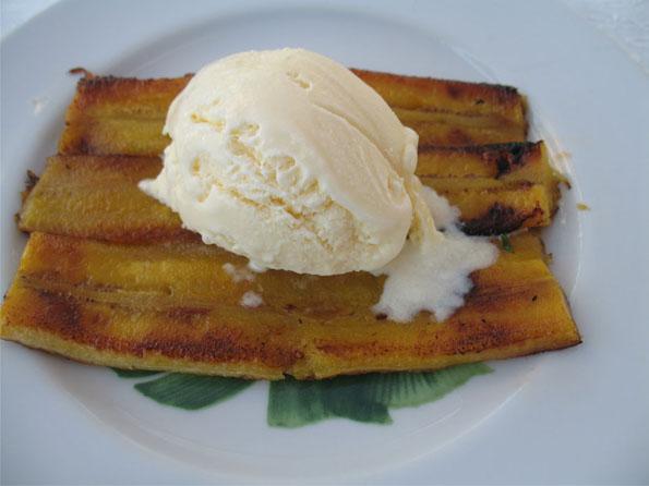 Banana da Terra Frita com Açúcar, Canela e Sorvete de Creme