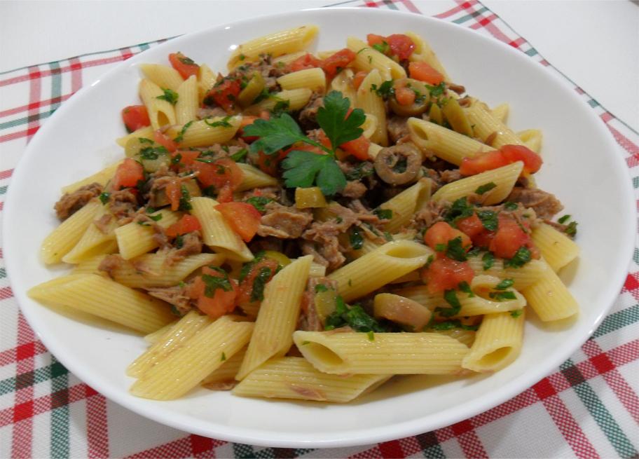 Salada de macarrão com carne fria e ervas