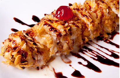 Tempurá enrolado de sorvete com calda de chocolate