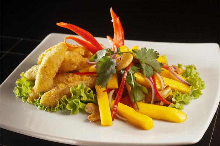Yam Mamuang Plá Tod -  Salada de manga com Peixe frito