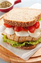 Sanduíche de frango com tomate assado