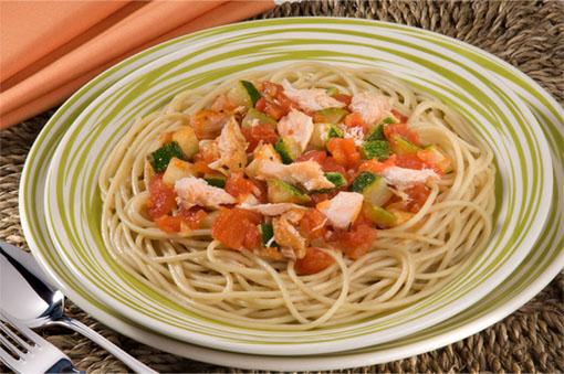 Espaguete ao Azeite com Salmão e Abobrinha