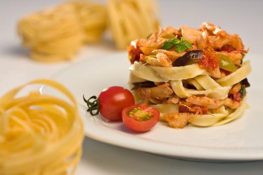 Macarrão com bacalhau, manjericão e tomates cerejas