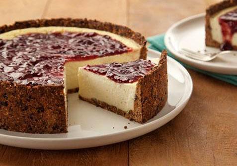 Cheesecake com massa de Ameixa e calda de Frutas Vermelhas