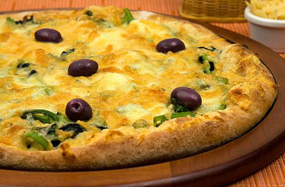 Pizza de brócolis a quatro queijos