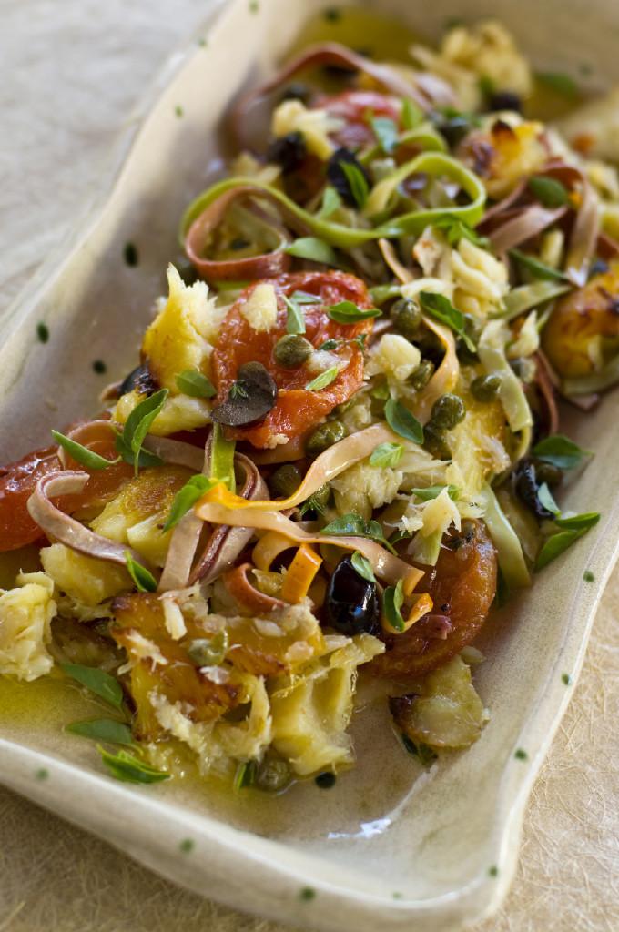 Tagliatelle com molho rústico de bacalhau, tomate, alcaparra e azeitona