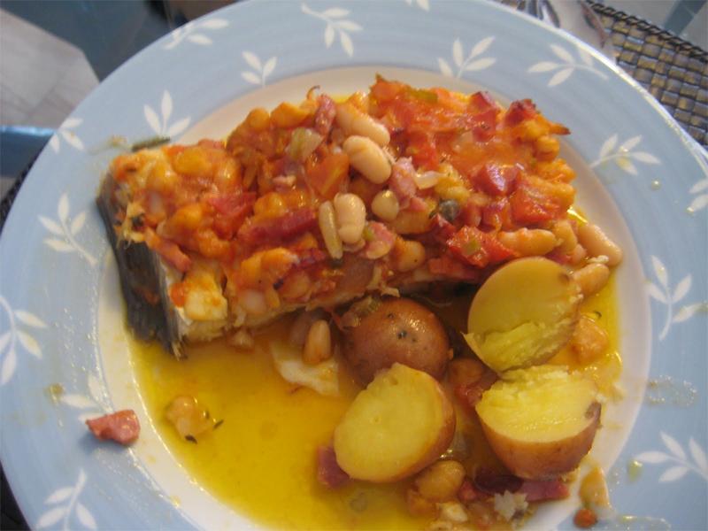 Bacalhau assado com feijão branco, tomate e bacon