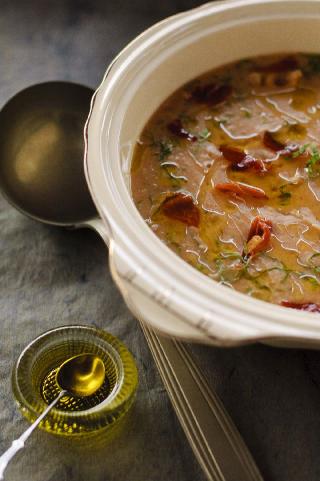 Sopa de feijão branco, escarola e crisp de presunto cru