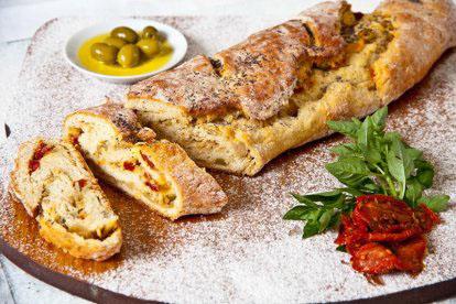 Pão de bacalhau com tomate seco