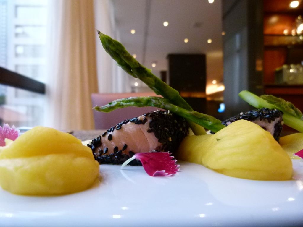 Filé de Salmão em crosta de gergelim ao molho de açafrão com purê de mandioquinha e aspargos frescos