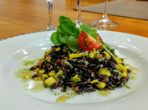 Salada de arroz selvagem com manga e agrião