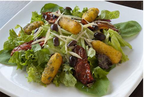 Salada com nhoque de mandioquinha