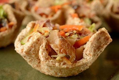 Cestinhas de pão com salada de grãos e sardinha