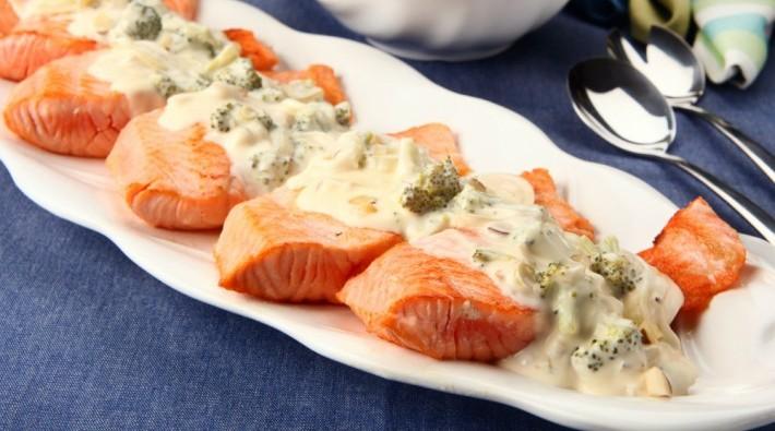 Filés de salmão com castanhas e molho de legumes