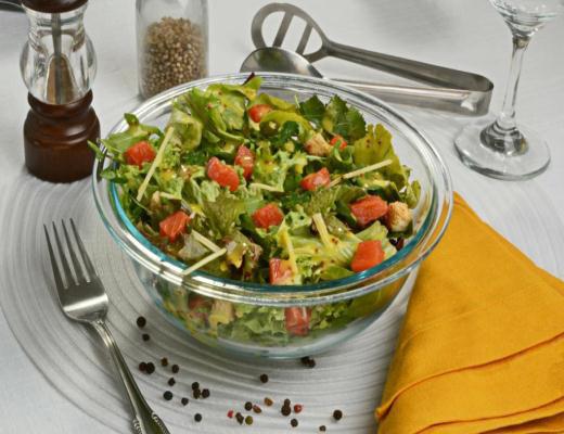 Salada César com salmão defumado