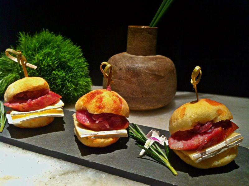Sanduíche de pão de queijo com linguiça de Javali