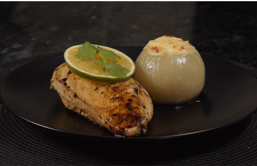 Peito de frango marinado com cebola gratinada