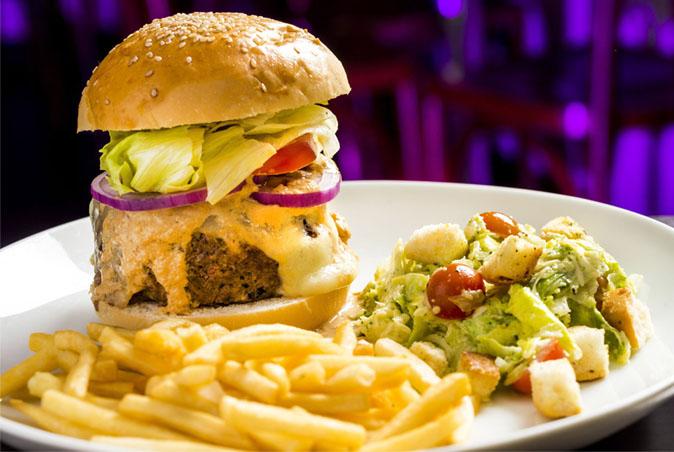 Bares e restaurantes oferecem promoções na Black Friday