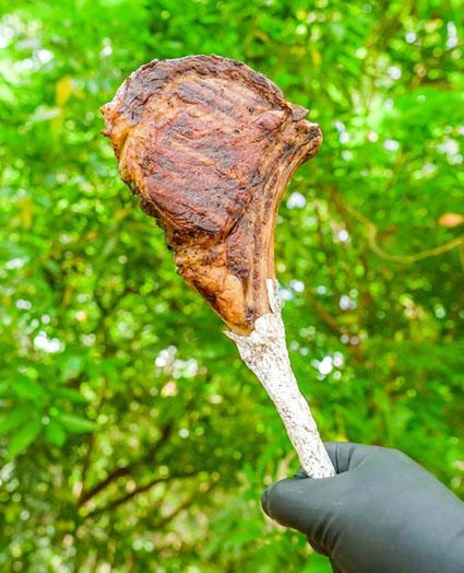 Tomahawk Steak na chapa com manteiga de ervas e alho by WorldSteak